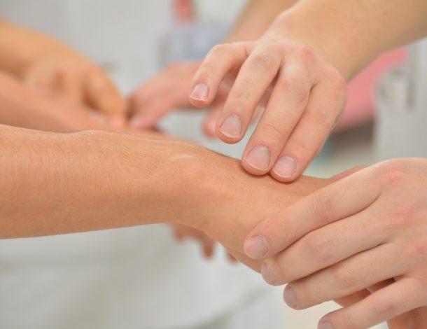 Obrazek przedstawia wykonywanie masażu prawej dłoni.